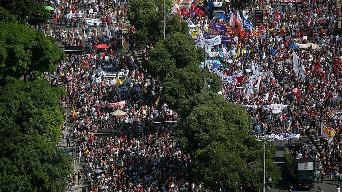 اعتراض دهها هزار برزیلی به عملکرد رییس جمهور در قبال همه گیری کرونا