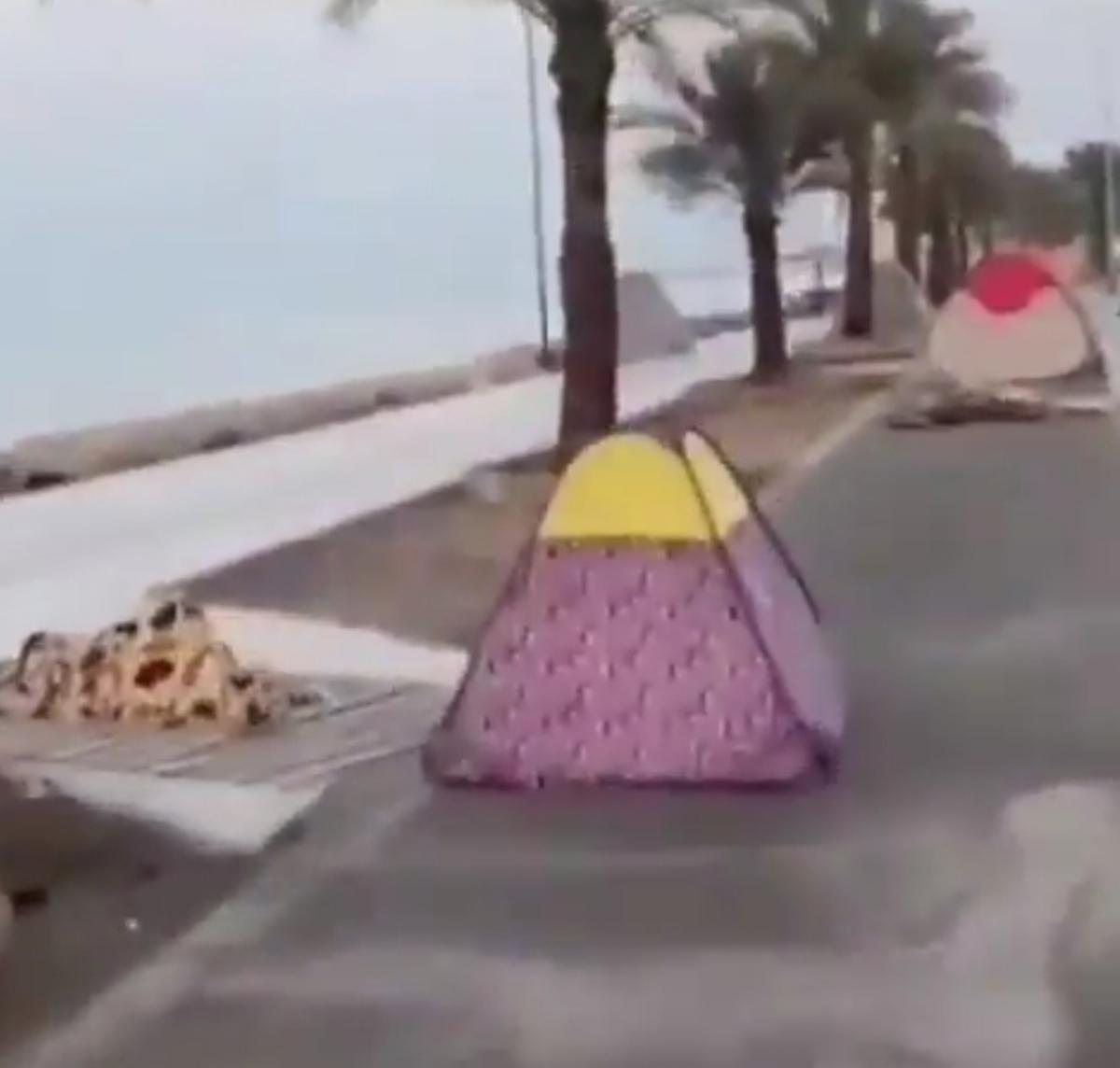 چادرهای مسافران نوروزی در ساحل خواجهعطا، بندرعباس + ویدئو
