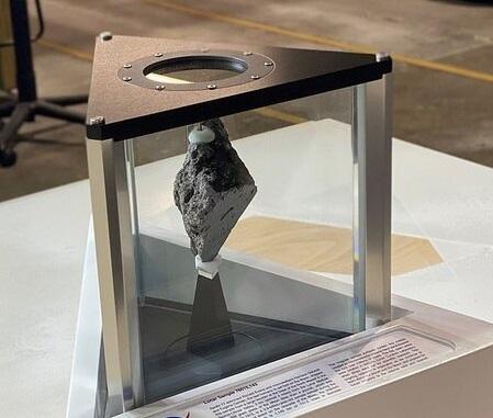 بایدن | سنگ قیمتی  ۳.۹ میلیارد سالهی ماه در کاخ سفید
