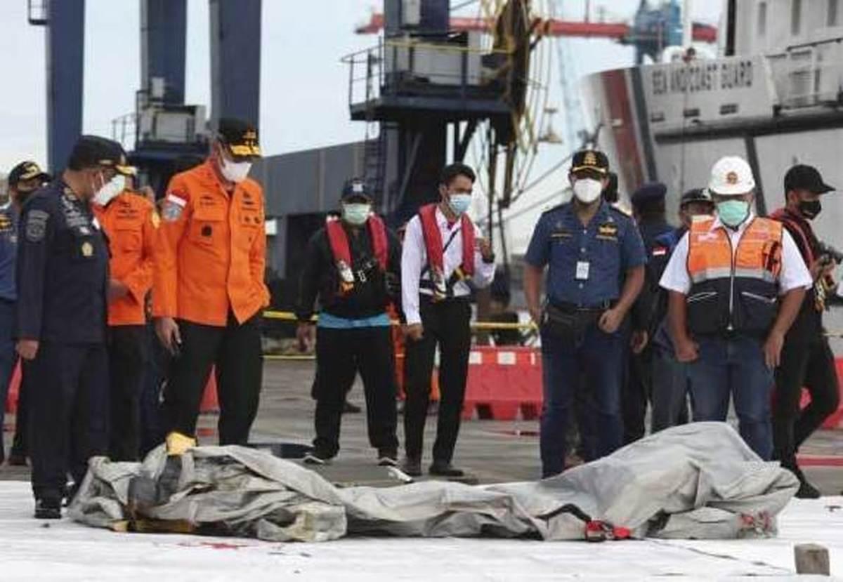 بخشی از اجساد مسافران پرواز دیروز ۷۳۷ اندونزی کشف شد+عکس