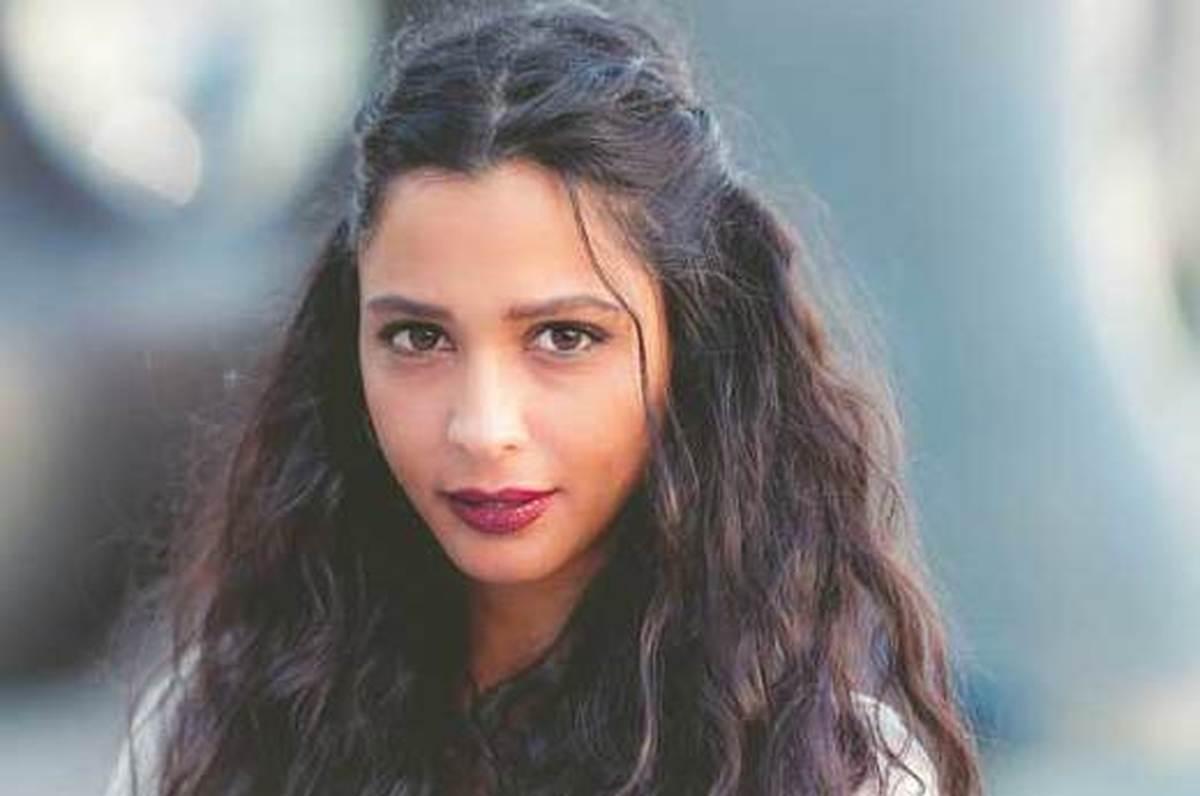 بازیگر معروف فلسطینی مجروح شد| بازیگر زن فلسطینی در بمباران دیشب مورد اصابت قرارگرفت