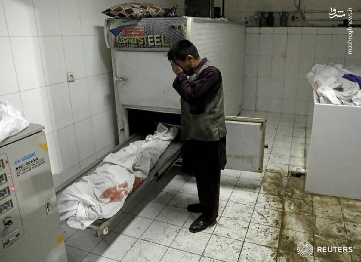 عکس | گریه پدر افغانی در کنار پیکر بیجان دخترش