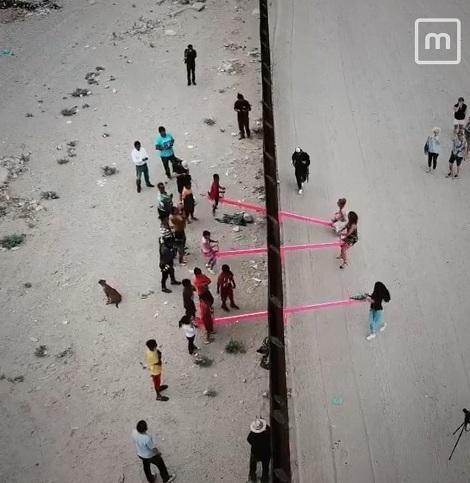 الاکلنگ بازی کودکان بین مرز آمریکا و مکزیک| نصب الاکلنگ های صورتی میان مرز آمریکا و مکزیک