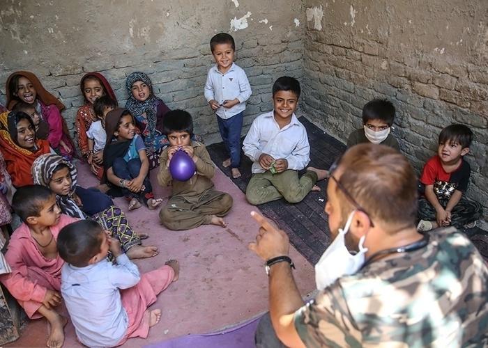 توزیع اقلام بهداشتی به زاغهنشینان پاکستانی در حاشیه تهران
