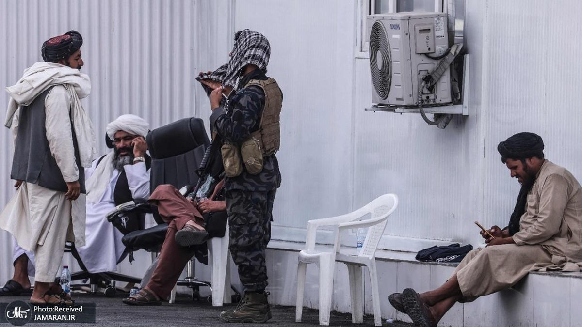 عکسی از ایست بازرسی طالبان در نزدیکی فرودگاه کابل