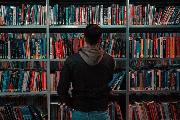 مرکز آمار: سرانه مطالعه در ایرانی روزی ۱۶ دقیقه و ۳۲ ثانیه است | اولویت مطالعه افراد، قرآن و ادعیه است