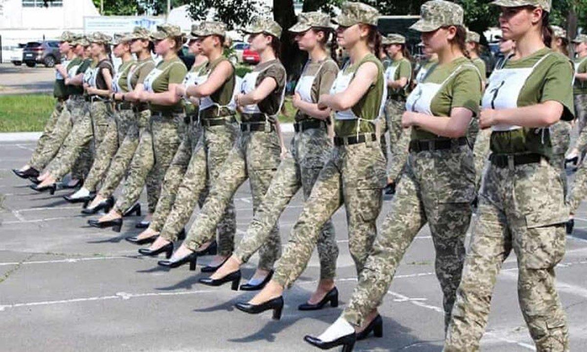 جنجال رژه سربازان زن ارتش اوکراین با کفش پاشنهبلند + عکس
