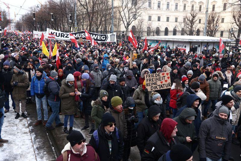 مخالفان محدودیتهای کرونایی در اتریش تظاهرات کردند