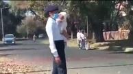 پلیس زن هندی با بچه سرکار حاضر شد + ویدئو