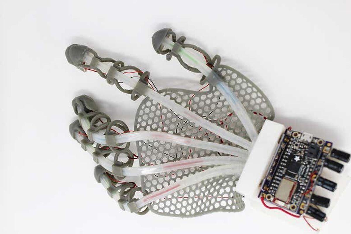 محققان آمریکایی  |  ابداع دستکشی که حس لامسه دارد