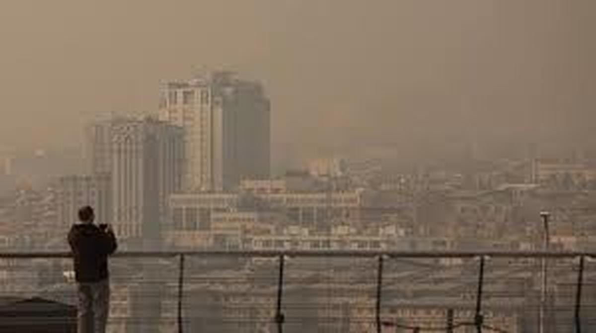 هوای تهران قرمز و برای همه افراد جامعه آلوده است.