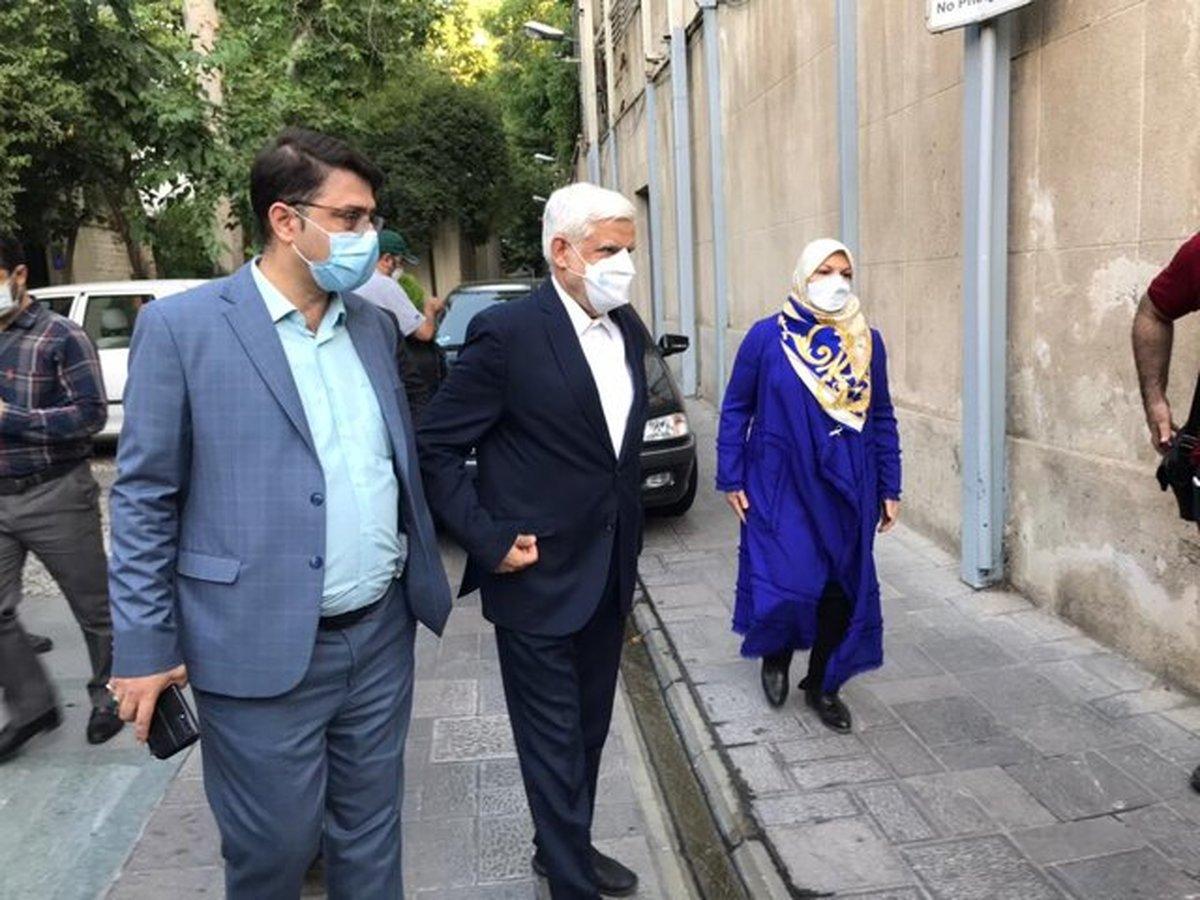 محمدرضا عارف با همسرش در انتخابات حضور یافت