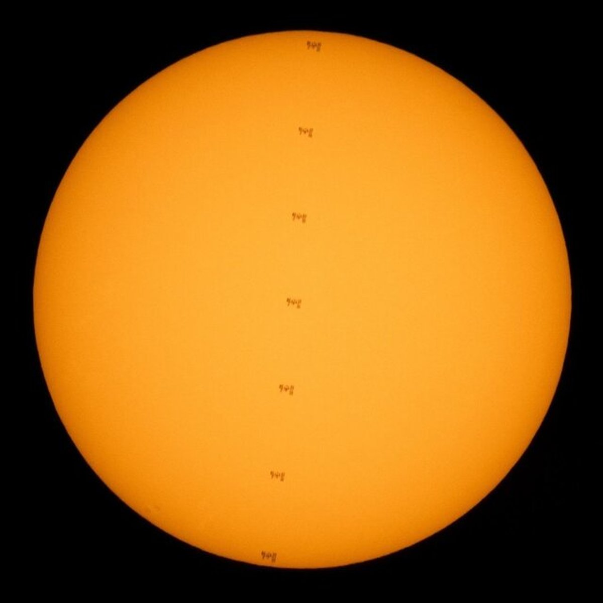 عبور ایستگاه فضایی از مقابل خورشید
