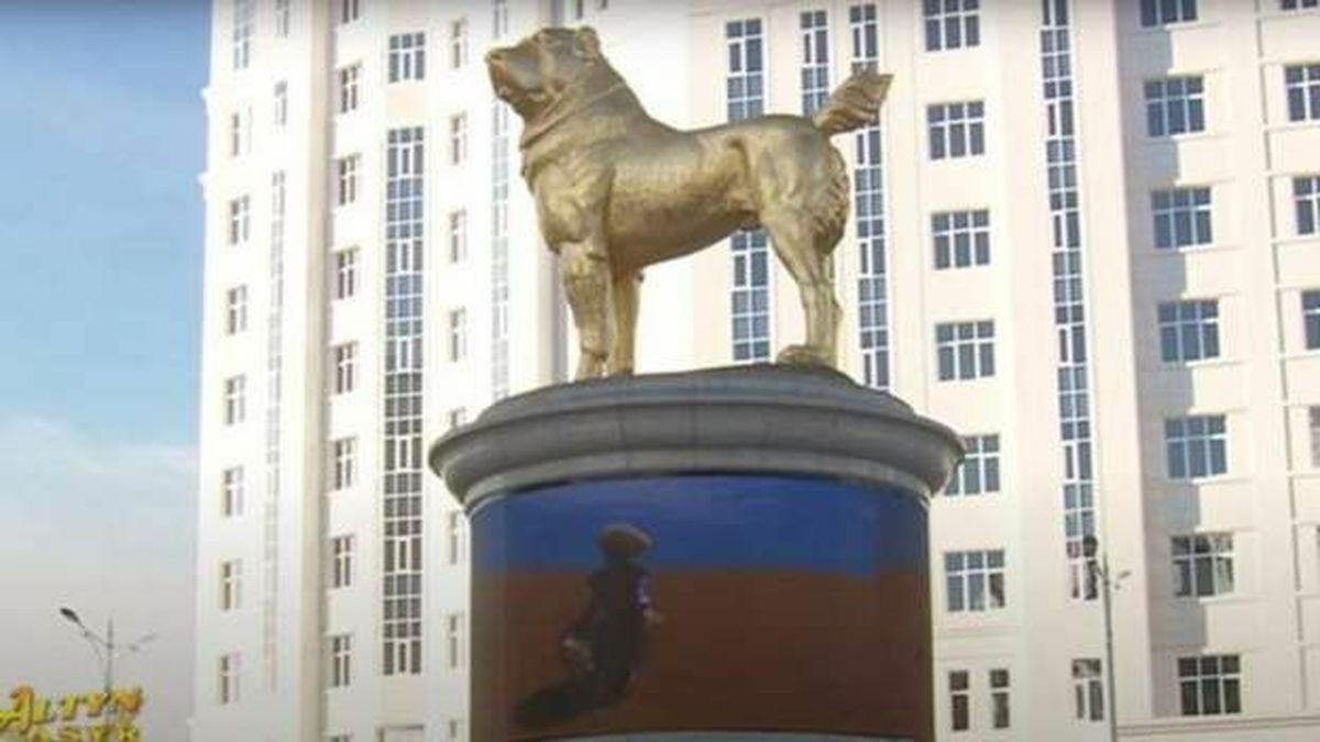 مجسمه سگ مورد علاقه رئیس جمهور ترکمنستان در میدانی در عشقآباد
