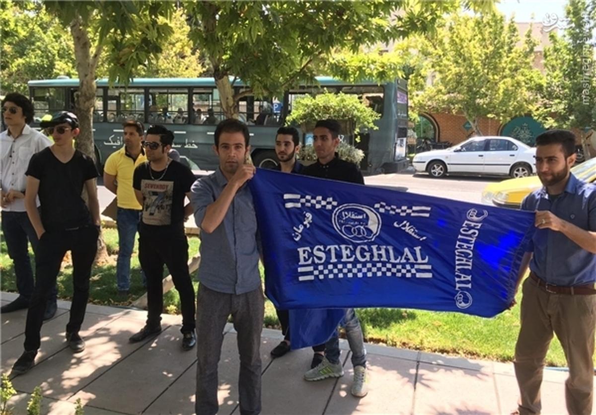 تجمع هواداران استقلال مقابل مجلس   وزیر ورزش را استیضاح کنید +عکس
