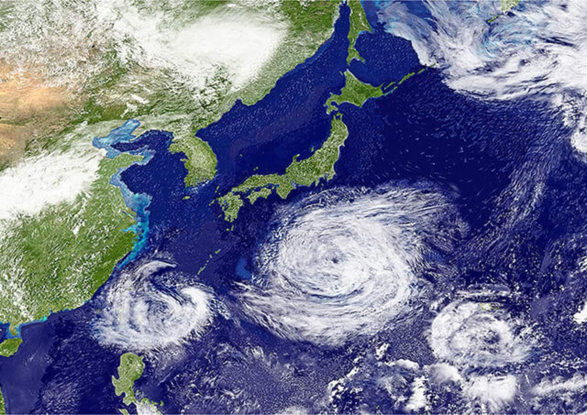 ژاپن در معرض دو طوفان گرمسیری