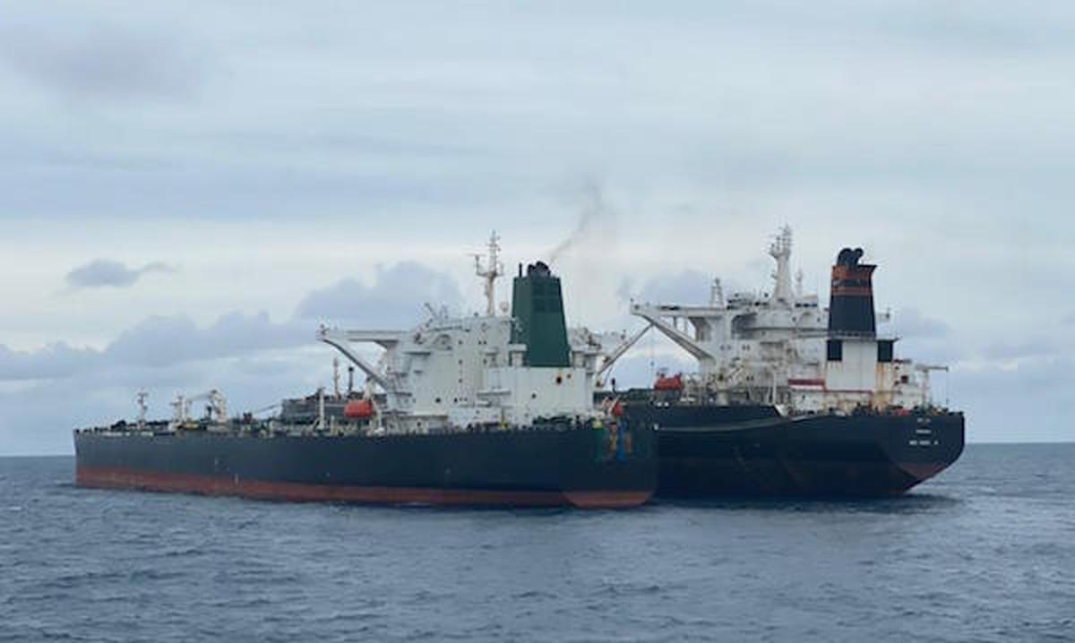 نفتکش ایرانی به یک جزیره منتقل میشود