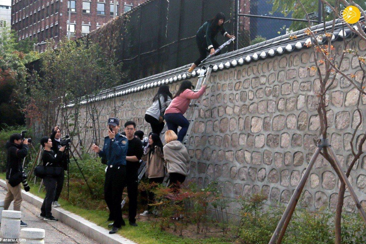 بالارفتن دانشجویان از دیوار محل اقامت سفیر آمریکا در سئول