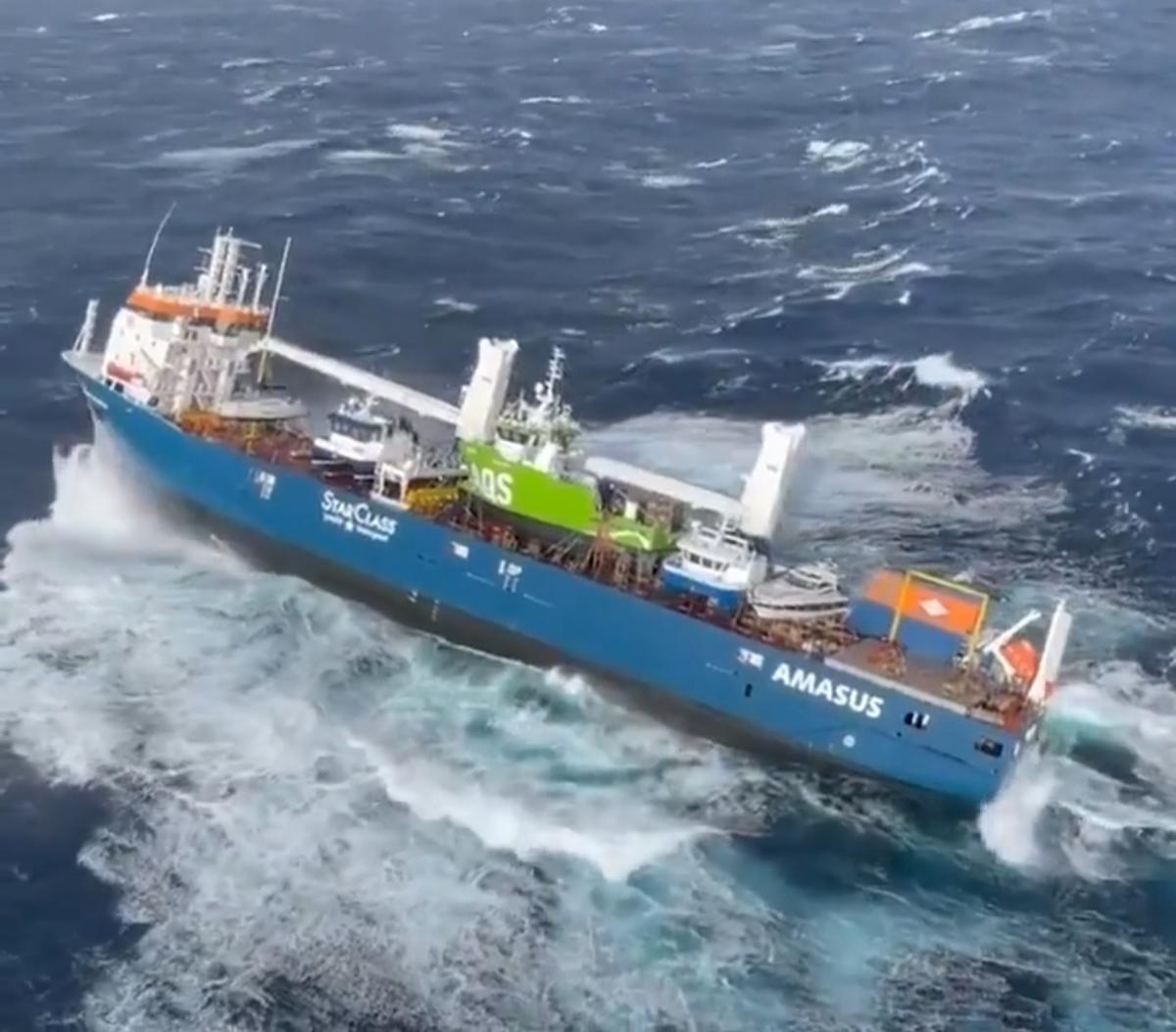 عملیات نجات در یک کشتی باری عظیم در دریای نروژ + ویدئو