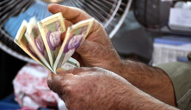 ۱۱ ماه کار بدون حقوق! | کارگر شهرداری اندیمشک: برای نان شب وسایل خانه میفروشیم