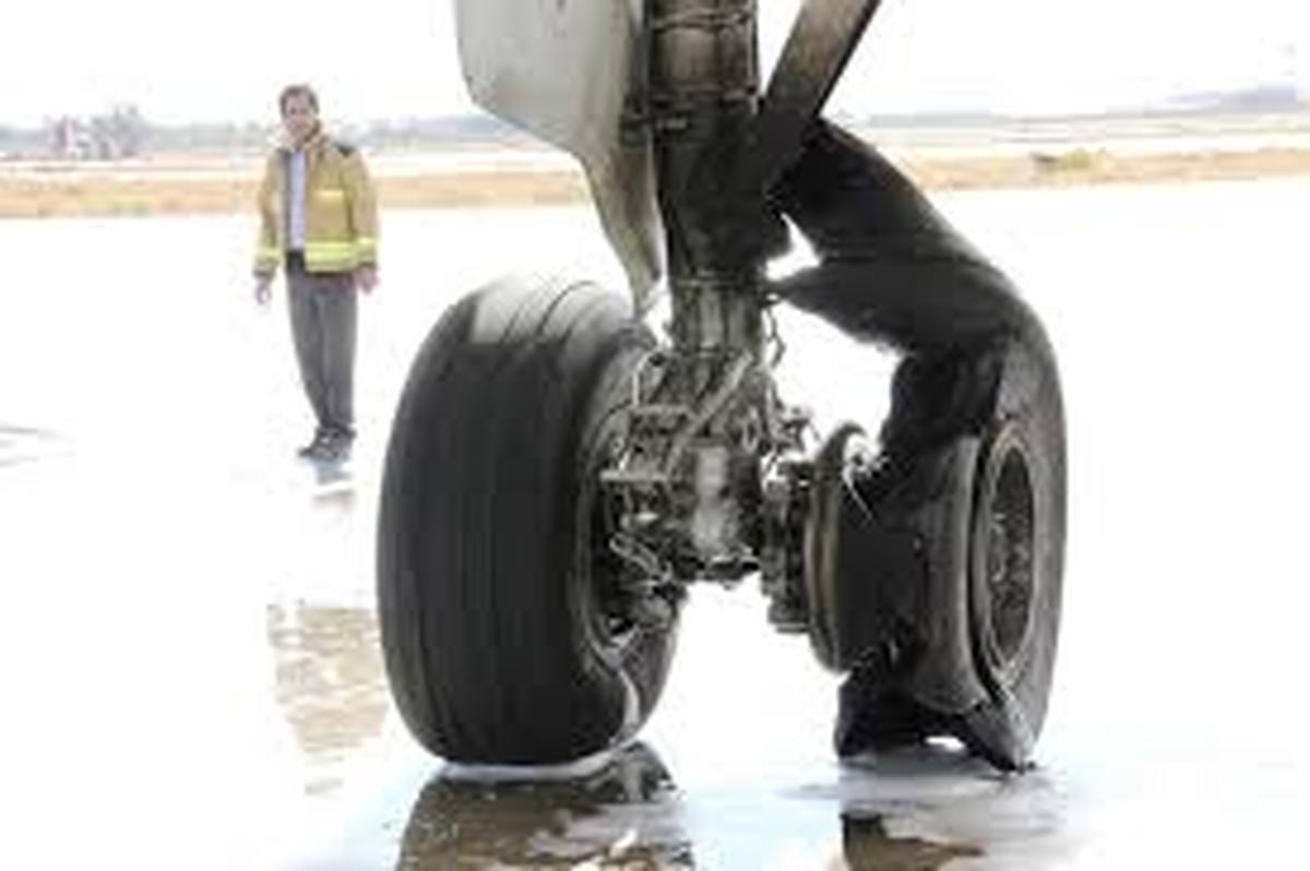 ترکیدن چرخ هواپیمای کارون دلیل بسته شدن باند فرودگاه مهرآباد