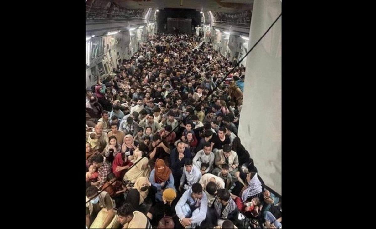 عکسی عجیب از فرار مردم افغانستان با هواپیما