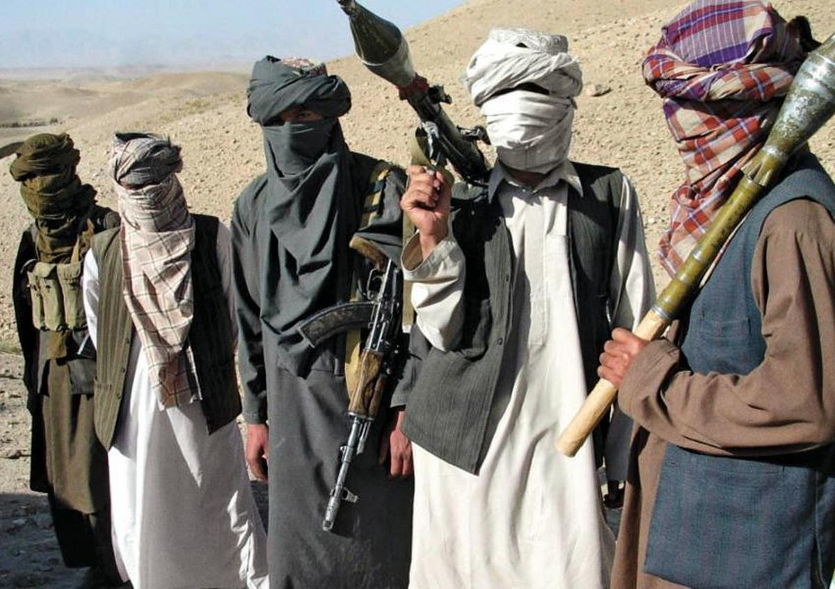 لباسی متفاوت و بهنوعی عجیب از یک جنگجوی طالبان +عکس