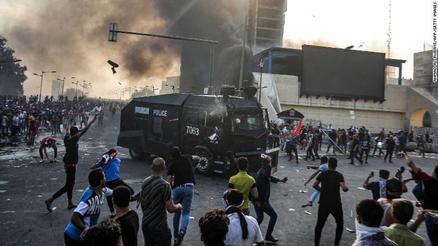 ویدئو؛ درگیری تظاهرکنندگان و نیروهای امنیتی در بغداد