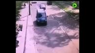 سقوط درخت غول پیکر روی خودروی در حال حرکت در سن پترزبورگ روسیه